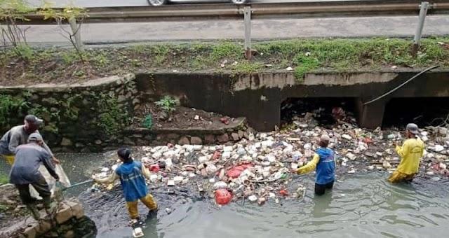 Antisipasi Banjir, Dinas PUPR Angkut Sampah Sungai