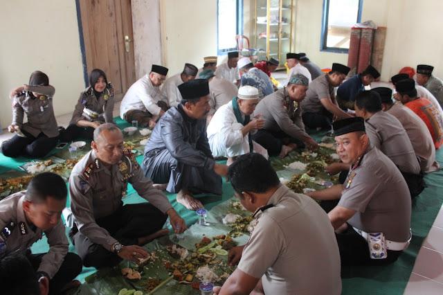 Jumat Berkah, Kapolres Lambar Gelar Shalat Jumat Berjamaah dan Makan Bersama di Pekon Watas
