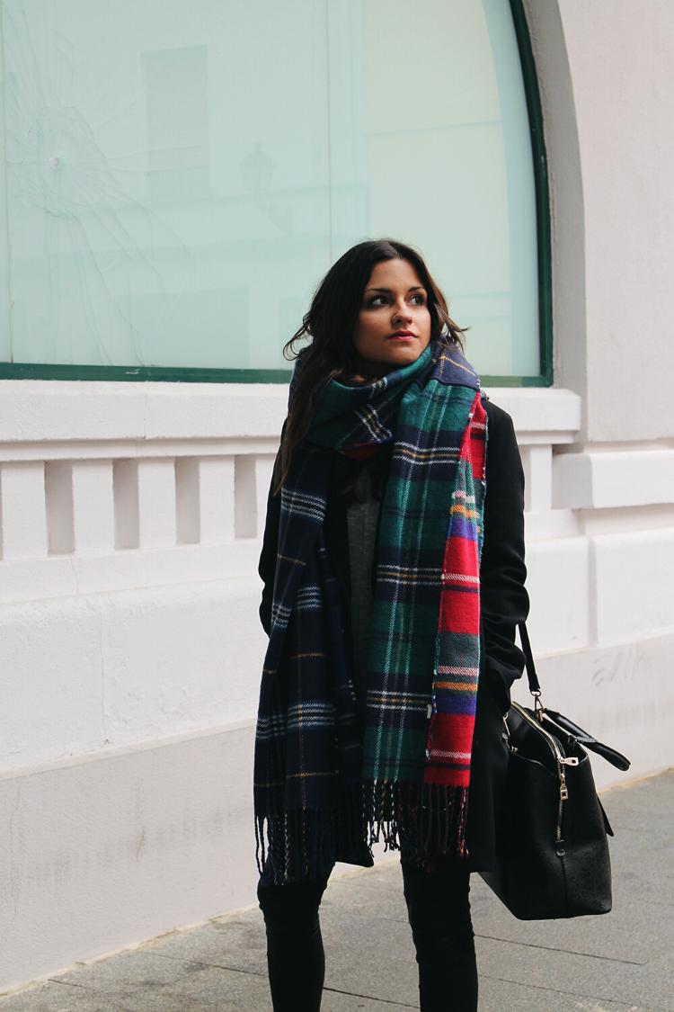 outfit-invierno-bufanda-cuadros-botines-plata-blog-de-moda-little-black-coconut