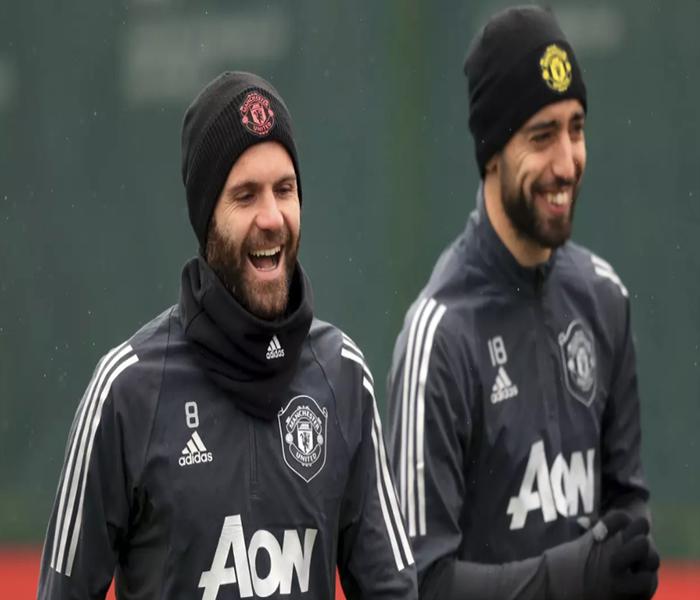 Gelandang Manchester United, Juan Mata dan Bruno Fernandes saat mengikuti sesi latihan tim di manchester, inggris, Rabu (19/2/2020). MU akan bertanding melawan salah satu wakil Belgia, Club Brugge pada leg pertama babak 32 besar Liga Europa di Jan Breydel Stadion