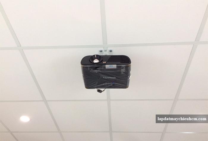 Máy chiếu viewsonic pjd515hd lắp trên trần la phông
