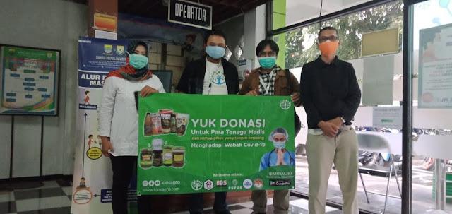 Proses Serah Terima Madu produksi Rumah Madu Indonesia UMKM Kabupaten Bandung Barat di RSUD Ujung Berung Bandung