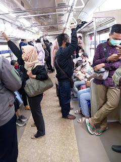 Aman naik commuter line