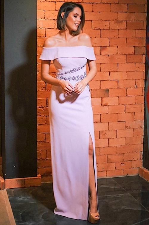 vestido longo lavanda com fenda e decote ombro a ombro