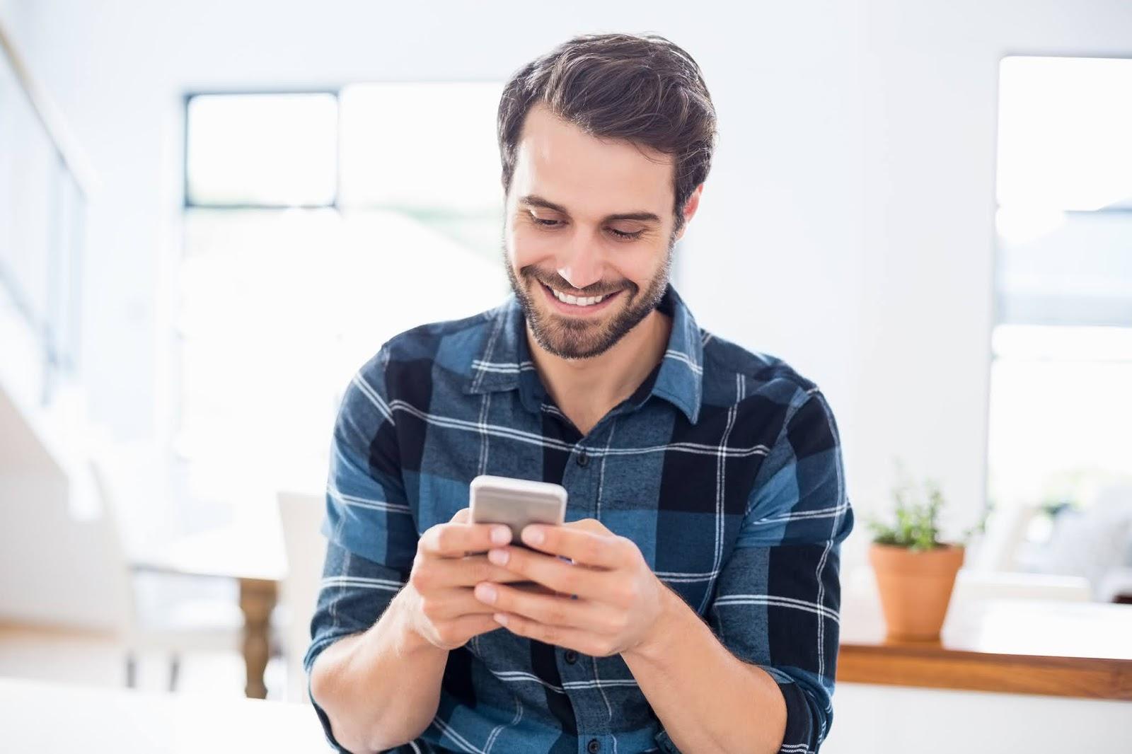 Mann, der am Handy nur mal eben die Uhrzeit nachschauen wollte, chattet acht Minuten auf WhatsApp, schaut drei YouTube-Videos und liest einen Artikel über Peru, weiß aber am Ende immer noch nicht, wie spät es ist
