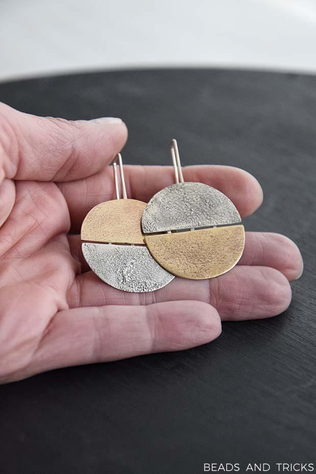 Orecchini in ottone e argento con texture