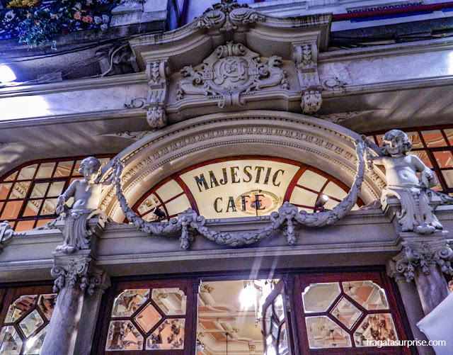 Fachada art nouveau do Café Majestic, no Porto