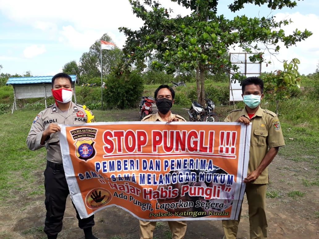 Bhabinkamtibmas Polsek Katingan Kuala Sosialisasi Saber Pungli di Kantor Desa Kampung Tengah
