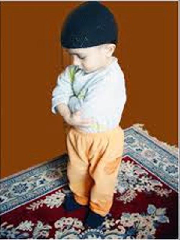 Gambar bayi laki-laki shalat