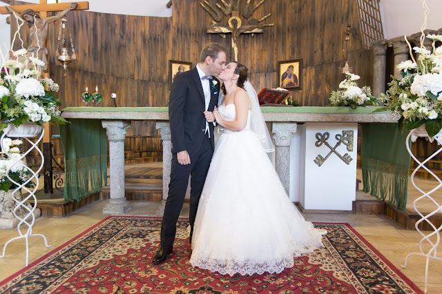 Allestire chiesa fiori bianchi e rialzi