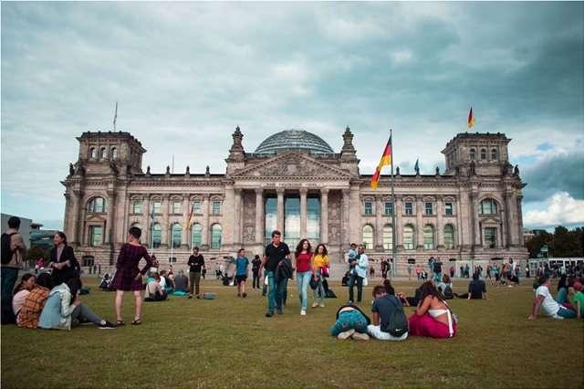 Γερμανία: Απαγορεύονται οι συναθροίσεις άνω των δύο ατόμων