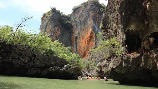 นักท่องเที่ยวนิยมมาพายเรือคายักชมธรรมาชาติและลอดถ้ำเล็ก ๆ