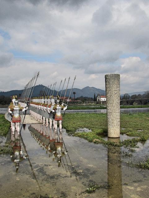 Esculturas dos soldados romanos na margem do rio LIma