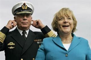 Smijesna slika: Admiral ne slusa himnu uz Angelu Merkel