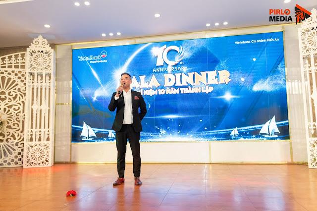 Chụp ảnh anh MC trong buổi gala dinner tại Hạ Long