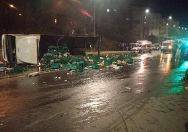 """الرباط..انقلاب شاحنة محملة بقنينات """"البيرة"""" ومواطنون يخرقون حظر التجول ويتهافتون لجمعها(فيديو+صور)"""