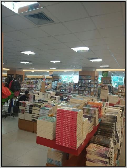 Menikmati Siang di Gramedia Toko Buku
