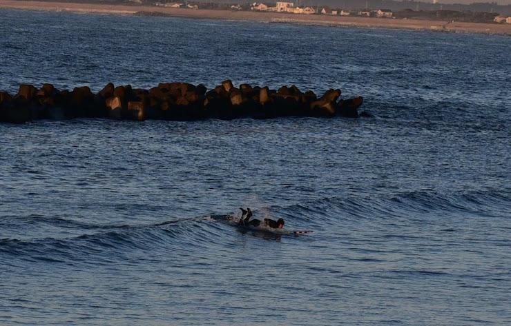 元旦の明け方に九十九里浜で楽しむサーファー