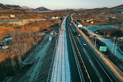 China ya tiene su primera carretera solar, de hormigón 'transparente' y carga inalámbrica