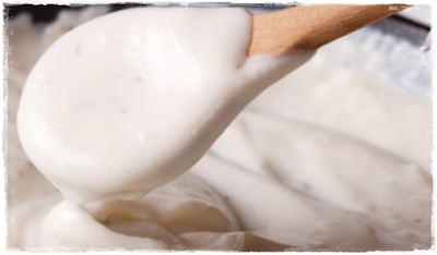Muito simples, e ao mesmo tempo bastante sofisticado, o molho béchamel, ou molho branco, mais uma contribuição da França para a gastronomia, é utilizado em inúmeras receitas. Trata-se de um molho de poucos ingredientes, fácil de fazer e que agrada a quase todos os paladares.