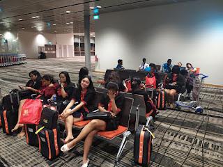 menunggu di boarding gate