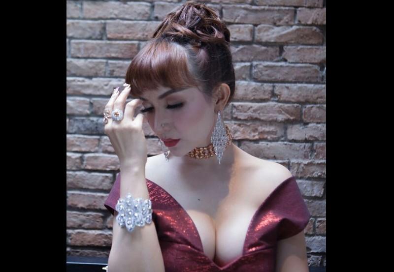 Roro Fitria berpose seksi sambil memamerkan perhiasan