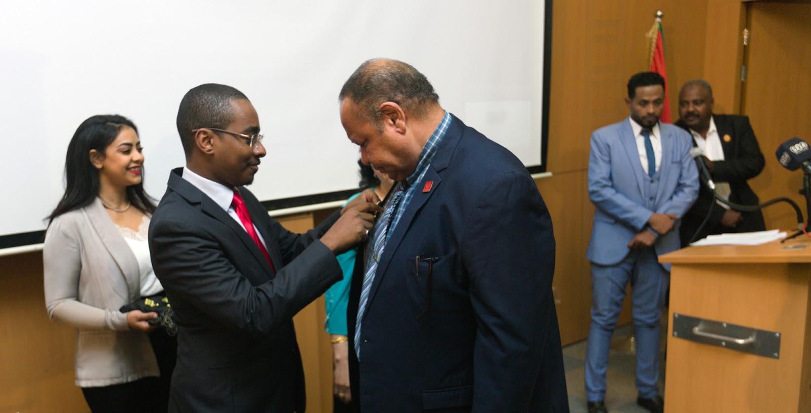 معالي السفير سعيد زكي خلال تسليم الأوسمة