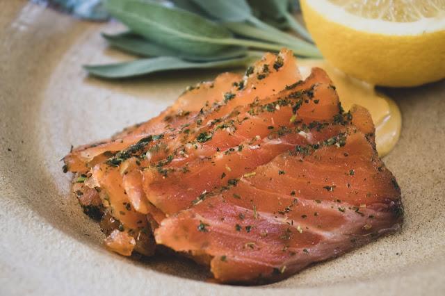 peixe cortado sendo servido no prato
