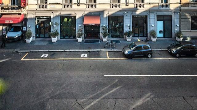 Faixa de estacionamento amarela em rua de Milão