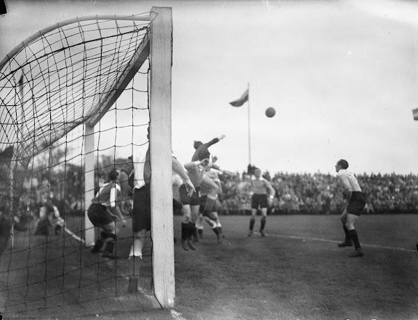 Henk van der Bijl stompt de bal weg