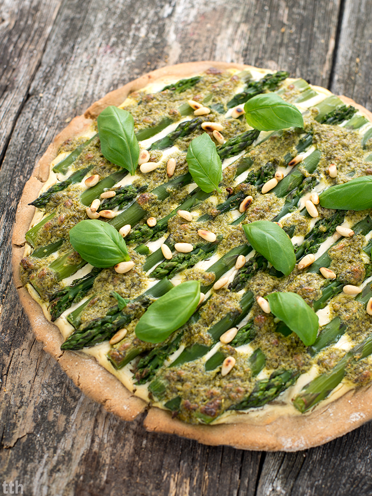 Pizza szparagi pesto bazyliowym wegańska, bezglutenowa roślinna kuchnia przepis