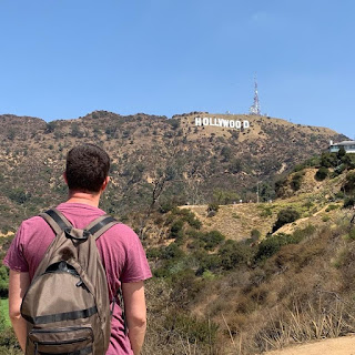 Carlos mirando las letras de Hollywood
