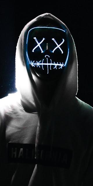 Homem com Máscara de Neon na Escuridão