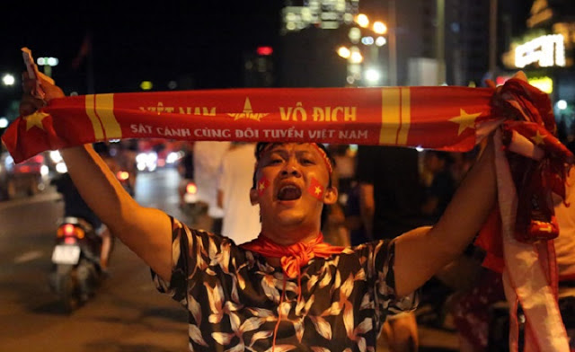 Vietnam streets overflow as football fans go to town over Asian Games history 7