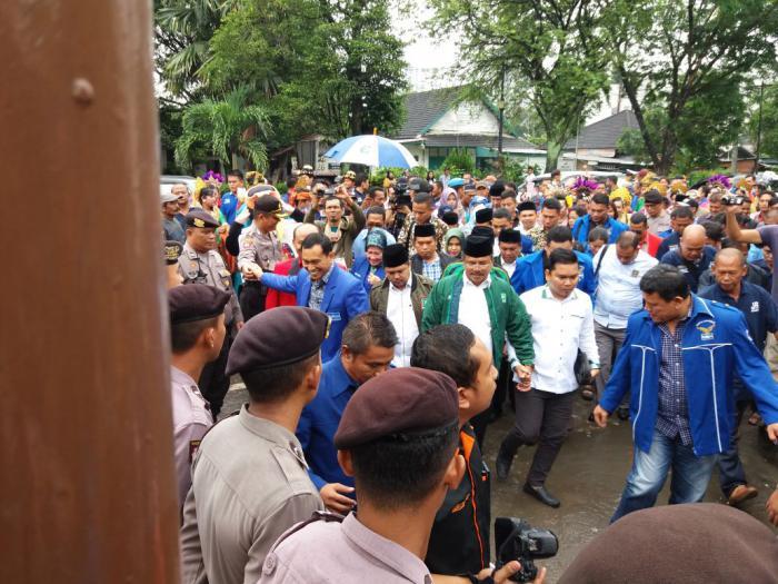 JR Saragih-Ance mendatangi kantor KPU untuk mendaftar di Pilgubsu