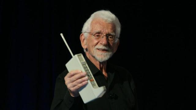 www.fertilmente.com.br - na imagem, martin cooper apresenta o primeiro celular comercial da história