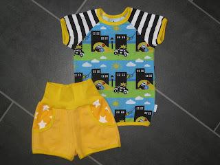 10b7c9a8fc0a Tredje tröjan till gula sommarsetshögen blev tjuv och polis. Svart/vit  randiga ärmar och gula kantband. Shorts som i tidigare inlägg.