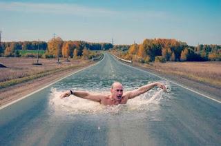 foto-orang-berenang-di-jalan-picsart