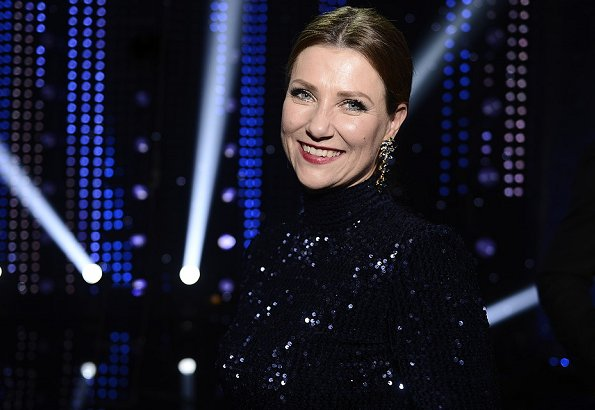 Princess Martha Louise presented an award to Birgit Røkkum Skarstein. The Princess wore a blue sequin dress and gold diamond earrings