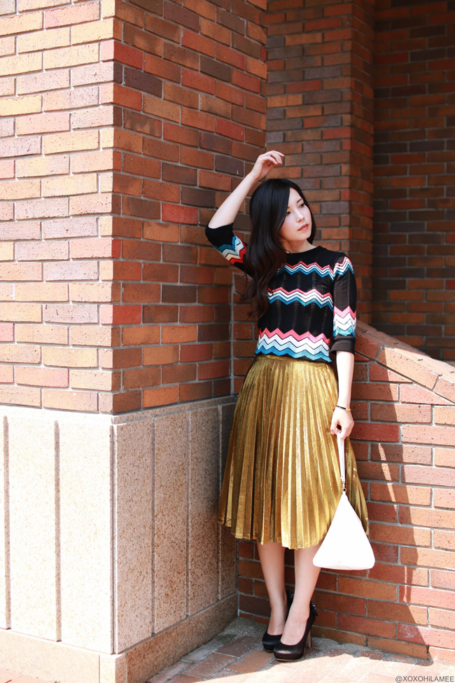 ファッションブロガー 日本人アウトフィット,ゴールドプリーツスカート、シェブロン柄サマーニットセーター、RANDAブラックビジューリボンパンプス、三角バッグ、レディーカジュアルコーディネート