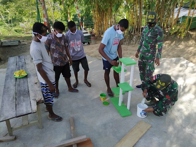 Manfaatkan Potensi Alam, Satgas 413 Kostrad Ajarkan  Kerajinan ke Warga  Perbatasan RI-PNG