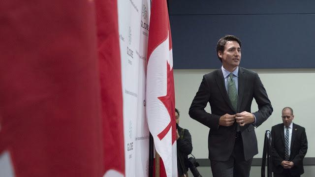 رئيس وزراء كندا - الأيدي أمام الجسم