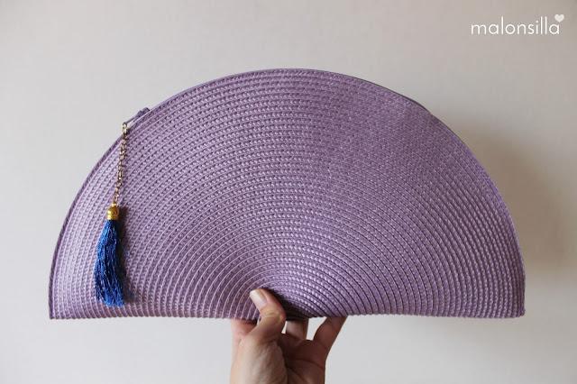 Bolso de mano de rafia color lila con borla azul klein