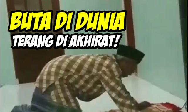 Kakek Ini Buta, Tapi Rajin Salat Berjamaah Meski Harus Meraba-raba Dinding Masjid, Netizen Terharu