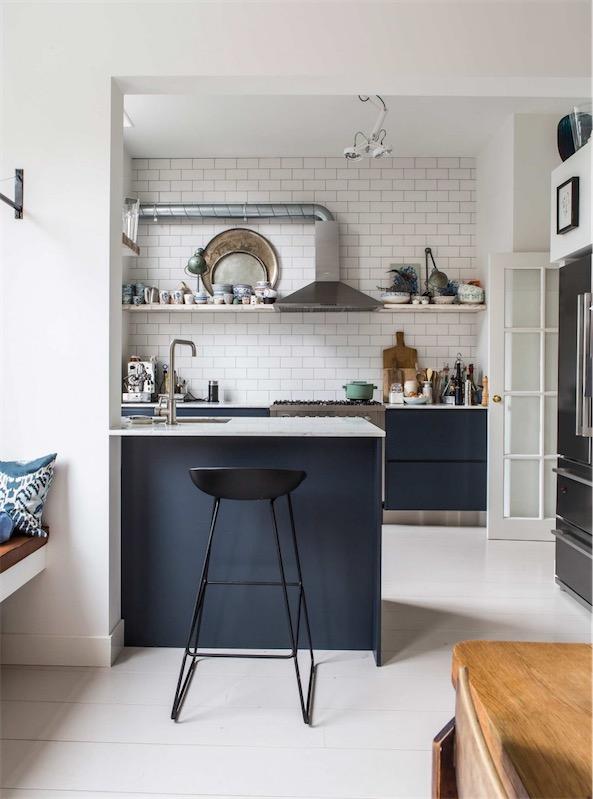 cocina de diseno con baldosas de metro blancas chicanddeco