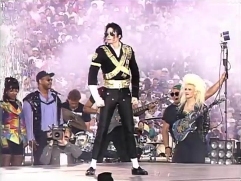 彫像のように立って微動だにしないマイケル・ジャクソン