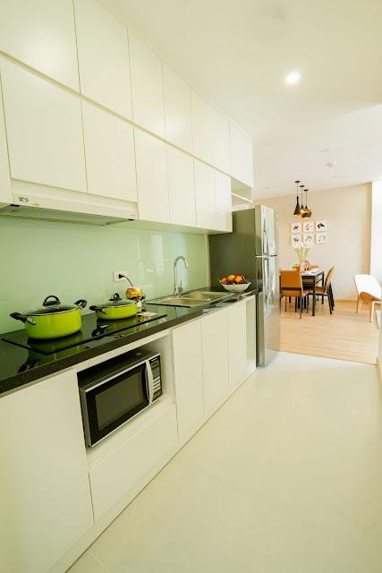 Khu bếp được bố trí gần với logia thoáng, hệ thống hút mùi thoát trực tiếp ra logia