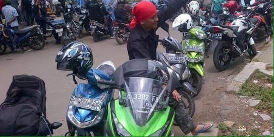 Kumpulan Foto: Buruh Ikut Demo Sambil Tunggangi Honda CBR dan Yamaha NMAX