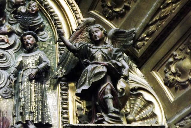 imgem de São Francisco e de um anjo em talha dourada
