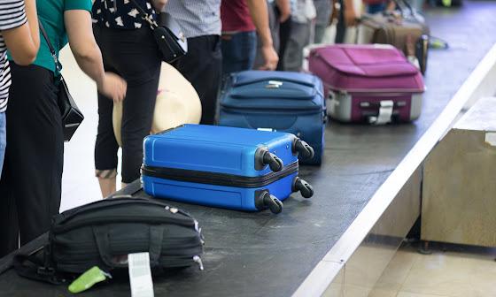Malas de viagem em esteira de aeroporto